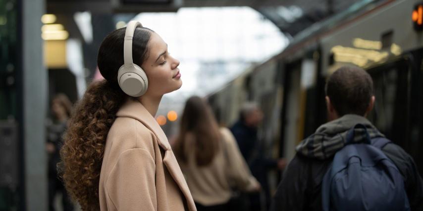 Sony WH-1000XM4 er de bedste all-round høretelefoner i vores hovedtelefon test